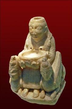 Dama de Galera La Dama de Galera representa a un conjunto de divinidades femeninas a las cuales los fenicios les rendían culto (Anat, Astarté y Tanit) expresiones de una diosa madre del Mediterráneo, al igual que a su dios Melqart. Escultura tallada en alabastro al norte de Siria al comienzo del sigo VII a.C. Esta sofisticada pieza fue encontrada con un repertorio de vasos griegos y cerámica pintadas. Fue hallada dentro de una tumba ibérica numero 20 de la necrópolis de Tutugi hoy en día…
