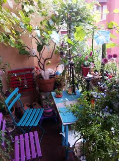 Lots of patio plants! Tiny Balcony, Porch And Balcony, Balcony Design, Garden Design, Balcony Ideas, Balcony Chairs, Outdoor Rooms, Outdoor Gardens, Outdoor Living
