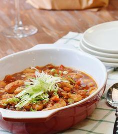 Μουλιάζουμε τους γίγαντες για 24 ώρες. Ζεσταίνουμε μια κατσαρόλα σε μέτρια φωτιά, προσθέτουμε το ελαιόλαδο και σοτάρουμε το κρεμμύδι, το πράσο και το καρότο μέχρι να μαλακώσουν ελαφρώς. Chili, Soup, Dishes, Recipes, Chile, Chilis, Tablewares, Soups, Flatware