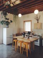 Gezellige woonkeuken met robuuste materialen. Geraffineerde betonlook vloer is sterk.makkelijk schoon te houden en kan over vloerverwarming en bestaande vloeren heen Passiefloor voor advies en aanleg