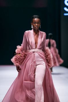 Lagos Fashion Week 2019 is officially underway off with top designers from acros. - Lagos Fashion Week 2019 is officially underway off with top designers from across the continent sho - Haute Couture Style, Couture Mode, Couture Fashion, Hijab Fashion, Fashion Show Dresses, High Fashion Outfits, Looks Chic, Looks Style, Nigerian Fashion Designers