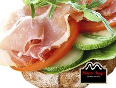 ¿Tomamos una rebanada de pan tostado a media mañana? Añade un poco de pepino, lechuga, tomate natural, jamón ibérico #MonteRegio, aceite y rúcula ¡Deliciosa manera de cuidarse!