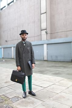 a lot of drama here - London Men's Fashion Week street style. [Photo by Kuba Dabrowski] London Mens Fashion, Mens Fashion Week, Fashion News, Men's Fashion, Fashion Updates, Gentleman Mode, Gentleman Style, Chaussures Roger Vivier, Outfits Hombre