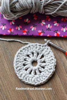 Raad met draad: Finnish granny square pattern in English Crochet Gloves Pattern, Crochet Motif Patterns, Granny Square Crochet Pattern, Crochet Diagram, Crochet Squares, Crochet Designs, Double Crochet, Granny Square Häkelanleitung, Crochet Instructions