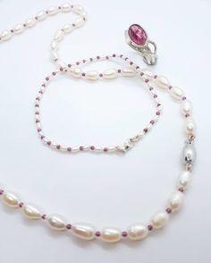 Mooi setje met zoetwaterparels, roze granaat en een zilveren slotje. De ring is van zilver met een toermalijn. Pearl Necklace, Pearls, Jewelry, String Of Pearls, Jewlery, Jewerly, Beads, Schmuck, Pearl Necklaces