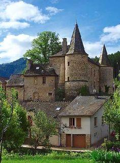 Florac am Vibron (Lozère bei Nîmes, Frankreich) - die Hauptstadt der Nationa . Beautiful Castles, Beautiful Buildings, Beautiful Places, Chateau Medieval, Medieval Castle, Nimes France, Abandoned Castles, Abandoned Places, French Castles