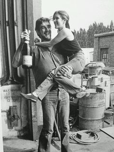 1980 - Peter Mayhew (Chewbacca) and Carrie Fisher (Princess Leia) behind the scenes during filming of The Empire Strikes Back Star Wars Rebels, Star Trek, Star Wars Cast, Peter Mayhew, Carrie Fisher, Frances Fisher, Chewbacca, Star Wars Brasil, Starwars