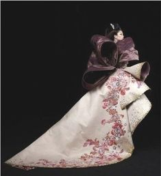 MODA Y COSTURA: Trajes y vestidos que son únicos, diseñadores que crean obras de arte con las telas, mujeres convertidas en lienzos... la moda se ha convertido en un arte más.