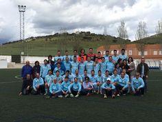 Foto del equipo U. D. La Fuente (jugadores, equipo técnico y directiva) con afición incondicional.