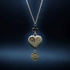 à vendre : 990€ Collier pendentif Dolce Gabbana en oa jaune 18k avec Saphirs et Perle de Culture . Collier pendentif en or jaune 18 carats  signée ¨Dolce & Gabbana de 2012  ref : WADL1G W0001   serti de 3 saphirs fins soit 0.45 cts au total et d'une perle de culture  longueur du motif  : 4 cm  longueur chaine ajustable : 48 cm et 54 cm  poids brut  : 8.70 gr  Prix neuf : 1650€  Bijou signé , en état neuf  Ecrin et papiers d'origine  Vendu avec facture