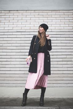 Outfit with a pleated pink skirt Pleated Skirt Outfit, Skirt Outfits, Dress Skirt, Pleated Skirts, Colourful Outfits, Fashion Outfits, Womens Fashion, Ysl, Street Style Women