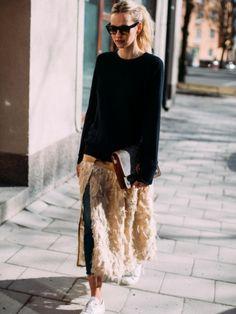 On aime quand la jupe en plume se pense en mode midi !