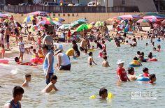 【想美白 破除防曬8大迷思】  夏日是戲水好季節,暴露在陽光底下,別忘了做好防曬。(本報系資料照片)