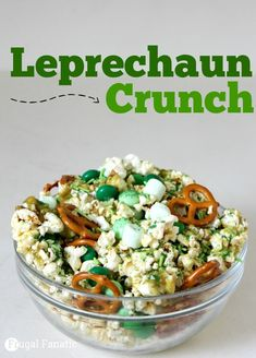 You and your kids will love this Leprechaun Crunch recipe. It is an easy St. Patrick& day recipe that is both sweet and salty! You and your kids will love this Leprechaun Crunch recipe. It is an easy St. Patricks day recipe that is both sweet and salty! St Patrick Day Snacks, St Patricks Day Food, Sant Patrick, Catering, Crunch Recipe, Food Porn, Snacks To Make, Salty Snacks, Chex Mix