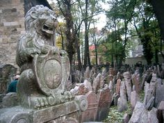 Tombstones at the Old Jewish Cemetery in Prague   ©Andreas Praefcke / Wikimedia Commons