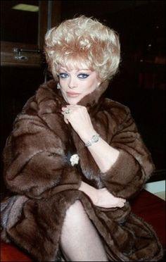 La chanteuse et meneuse de revue transsexuelle Coccinelle.