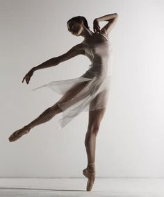 Image uploaded by rover paul ⚤. Find images and videos about beautiful, dance and ballet on We Heart It - the app to get lost in what you love. Dance Photography Poses, Dance Poses, Girl Photography, Dance Picture Poses, Ballerina Photography, Ballerina Body, Ballerina Poses, Ballerina Art, Ballerina Dancing
