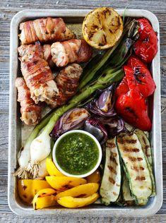 BACONSURRET KYLLINGLÅR MED GRILLEDE GRØNNSAKER OG PESTO   TRINES MATBLOGG Couscous, Quinoa, Ethnic Recipes, Food, Summer, Bulgur, Summer Time, Essen, Meals