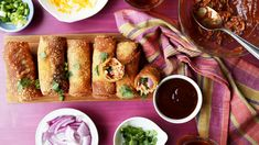 BBQ Chicken Pizza Egg Rolls Fill your egg rolls with BBQ chicken, cheese, red onion and cilantro for that BBQ chicken pizza taste! Chicken Pizza, Rotisserie Chicken, Pizza Egg Rolls, Egg Pizza, Fried Hot Dogs, Appetizer Recipes, Dinner Recipes, Appetizers, Gourmet Tacos