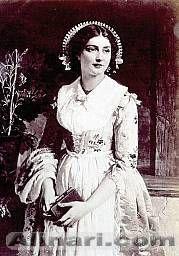 Dipinto raffigurante una fanciulla nel tradizionale costume regionale dell'alta brianza, con corsetto stringato anteriormente, grembiule e complicata acconciatura a raggiera.   #TuscanyAgriturismoGiratola