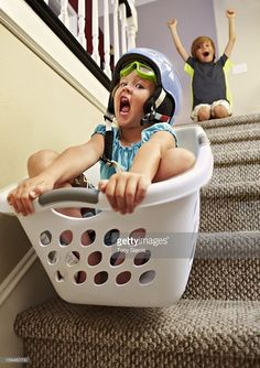 Foto de stock : Girl going down stairs in laundry basket