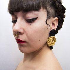 Pendientes textiles de botón dorados y negros. #handmade #earrings #handmadeearrings #bigearrings #textile #jewelry #handmadejewelry #textilejewelry #fashion #golden #black #girl #model #fashiondesign #Fashion #accesories #jewellery #style #designer #design #textileartist #craft #pendientes #moda #dope #vintage #septum #braids #boxbraids #gypsy
