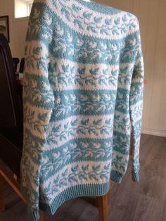 Gammel Telemark til dame. Strikket i Smart fra Sandnes garn. Fair Isle Knitting, Crochet Fashion, Color Combinations, Knit Crochet, Knitting Patterns, Men Sweater, Fair Isles, Vest, Crafty