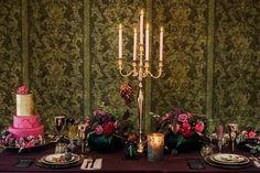 Suchst du Tischdeko Ideen für deine Herbsthochzeit? Hier findest du Tipps zu schlichten, DIY Dekorationen die nicht nur in rot, orange oder blau gehalten sind und dir helfen, deine Hochzeitsdeko für runde Tische, eckige Tische, Blumen, Hochzeitstorte in edlen Beere Tönen und Gold zu kreieren. Klicke hier und hole dir tolle Ideen und Inspirationen für deine Herbsthochzeit. Foto: Heike Moellers Photography #Herbsthochzeit #WhiteWeddingMag