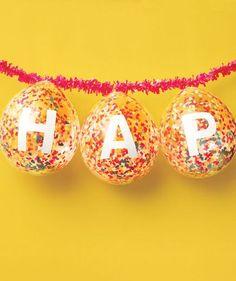 Si quieres realizar una decoración con globos, la cual sea muy original, puedes crear estos globos con letras y papeles de colores.
