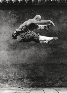 Shaolin monk Kung Fu training, photo by Isabel Munoz Shaolin Kung Fu, Kung Fu Martial Arts, Chinese Martial Arts, Aikido, Tai Chi, K1 Kickboxing, Thai Boxe, Martial Artists, In China