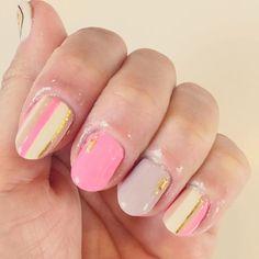 少し前だけど久々にネイルした! やっと指先の荒れが良くなってきたので。 てもまだまだ乾燥中でボロボロだけど。 プチプラのグラシエルのアイボリーとブーケピンクとグレージュでストライプ、薬指だけハルカストアのシャドーて色。 てかもう、乾燥のせいだと思うんだけど爪の形変わりすぎてびっくり。 全体的にピンクの部分が短くなってるし、爪の裏剥がれた皮膚?皮?がボロボロになってくっついててめっちゃ汚いし…。 白いとことピンクのとこの境目のライン、ガッタガタでほんとひどい。 そしてこのネイルしてしばらくしてから違和感あったからさっきオフしたら、左手小指がっつり剥離してたー! たぶん全体的に少し剥離気味だと思う…。 手指の荒れは気を付けてたけど、爪は放置でしたわ。 てかあかぎれとかでキューティクルオイル使えなかったからね! 去年もガタガタになって、やっと綺麗になったのになぁ。 またしばらくネイルはお休み! これからは長女の入園準備あるから、それを趣味に冬を越そう笑 ちなみに今は顔が絶賛肌荒れ中。 もう嫌だ乾燥肌。  #ネイル  #セルフネイル #セルフネイル部 #ジェルネイル…