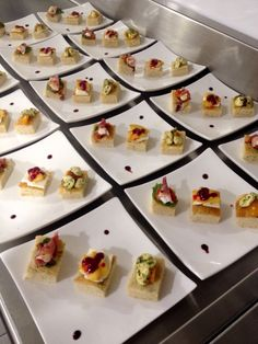 Trilogia de bruschettas con focaccia de oregano  -jamon serrano / queso brie / reduccion de balsamico -queso ricotta / coulis de moras / duraznos parrillados -mozarella de bufala con pesto de albahaca / tomates cherrys
