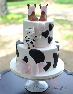 Cow themed baby shower cake with little cowboy boots. Baby Shower Cupcakes For Boy, Cow Baby Showers, Cowgirl Baby Showers, Cowboy Baby Shower, Cupcakes For Boys, Country Cupcakes, Shower Baby, Baby Shower Kuchen, Fete Audrey