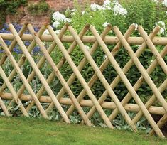 Expanding diamond trellis panels are perfect at screening parts of the garden off. It has changeable length, making it easily adaptable to fit any gardens shape or size Bamboo Garden Fences, Bamboo Trellis, Backyard Garden Landscape, Small Backyard Gardens, Garden Trellis, Bamboo Garden Ideas, Cheap Garden Fencing, Gravel Garden, Diy Fence
