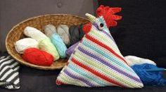 Gehäkelte Türstopper als Huhn verkleidet   Kreativ   ARD-Buffet   SWR.de Ard Buffet, Cloth Bags, Knit Crochet, Coin Purse, Throw Pillows, Knitting, Diy, Crochet Tutorials, Crochet Ideas