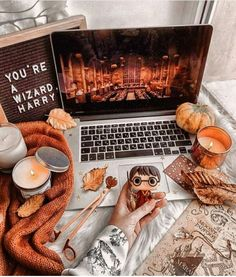 Wallpaper Harry Potter, Fall Room Decor, Fete Halloween, Halloween Movies, Halloween Costumes, Fall Bedroom, Autumn Cozy, Autumn Morning, Harry Potter Aesthetic