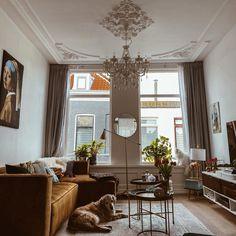 Klassieke woonkamer in retro kleuren   Bron: IG of @dailysoeofgoldie   #woonkamer #woonkamerinspiratie #woondecoratie #woonaccessoires #woonkamerstyling #woonkamerinrichting #woonkameridee #interieurinspiratie #huiskamer #kroonluchter #retro #vintage #binnenkijken #vennwooninspiratie Oversized Mirror, Retro Vintage, Relax, Furniture, Home Decor, Decoration Home, Room Decor, Home Furnishings, Home Interior Design