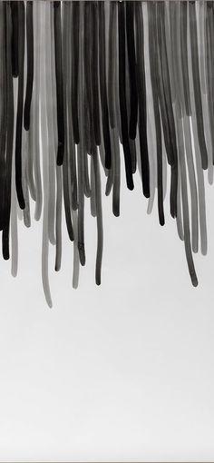 L'exposition Une brève histoire des lignes propose un point de vue original sur la pratique du dessin et du tracé de 1925 à nos jours. Élargissant la définition stricte du dessin, elle explore la manière dont les lignes s'inscrivent dans notre quotidien et notre environnement. Qu'elles soient pérennes ou éphémères, physiques ou métaphoriques, elles sont omniprésentes : dans le geste de l'écriture, les sillons du paysage ou encore le sillage laissé par nos gestes et trajectoires.