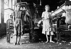 Lewis Hine - Spinners in a cotton mill, 1911. 25 vieux clichés saisissants du travail des enfants vu par Lewis Hine.