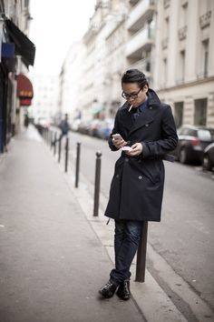 trench Navy Trench Coat, Trench Coat Outfit, Paris Fashion, Mens Fashion, Style Fashion, Summer Jacket, Paris Photos, Suit Jacket, Street Style