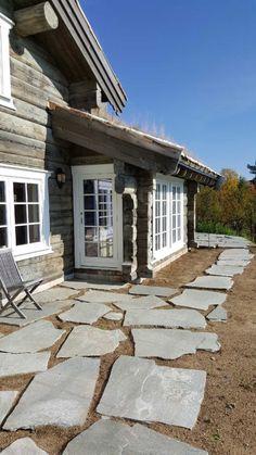 2 FANTASTISKE TØMMERHYTTER - FLOTT BELIGGENHET - UTSIKT - LANGRENN - ALPINT | FINN.no Winter House, Home And Away, Cottage, Exterior, Mountains, Gardening, Spaces, Home Decor, Design