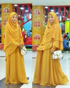 """Assalamualaikum.. Mau gamis seperti yang dipakai teh Ia diatas? Cek yuk @by.devia  Lalu komen """"Mau"""" dibawah ini  . @by.devia supplier gamis cerutty premium babydoll yang sudah ga diraguin lagi kelembutan bahannya. InsyaAllah sangat terjangkau dan bisa dijual kembali  . Intip ig nya untuk dapatkan gratis gamis set ini karena kita sedang mengadakan GIVEAWAY  . #jualhijab #hijabonline #jualkhimar #khimarmurah #olshopsolo #hijabsolo #jualhijabmurah #gamisceruty #gamiscerutty #sisesa…"""