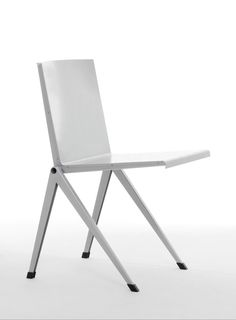 Mondial chair, part of the Blu Sky Collection, is both a minimalist and innovative design created by one of the most prominent furniture designers of the 20th century - Gerrit Rietveld. #Mondial #BluSky