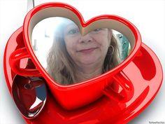 Taza de café en forma de corazón con tu fotografía dentro. - fotoefectos.com Tea Cups, Tableware, Coffee Cup, Heart Shapes, Bom Dia, Mugs, Hearts, Dinnerware, Tablewares