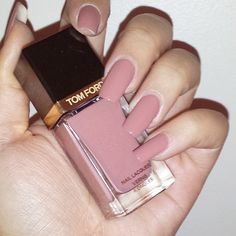 Not a fan of pinks but thi sone is amazing!! esmalte rosado Tom Ford …