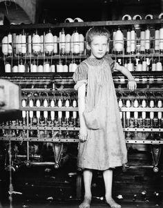 """""""Addie Card, 12 años. Hiladora en North Pormal. Molino de algodón"""" (febrero de 1910). Obra de Lewis Hine (1874-1940). Library of Congress. /// """"Addie Card, 12 years. Spinner in North Pormal. Cotton Mill"""" (February 1910). Work by Lewis Hine (1874-1940). Library of Congress."""