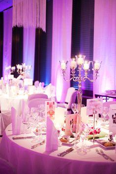 Gedeckte Tische Für Die #hochzeitsgäste. Ich Mag Den Kerzenleuchter Und Das  Violette Licht.