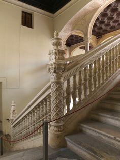 1535-1552. Escalera y patio del Hospital de Santa Cruz (Toledo). Aunque no hay documentos precisos de contrato de obra por Covarrubias, sí que hay algunas referencias de estar vinculado a obras en el Hospital. Por el estilo, tanto la escalera como el patio deben haber sido obras suyas.
