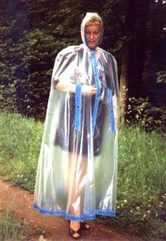 Regencape aus PVC .durchsichtig blau eingefasst
