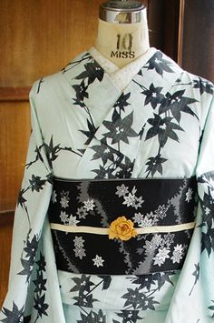 This is a stunning Yukata with simple shades of grey and black and two beautiful leaf patterns. Kimono Japan, Yukata Kimono, Kimono Fabric, Kimono Dress, Japanese Outfits, Japanese Fashion, Asian Fashion, Japanese Geisha, Traditional Japanese Kimono